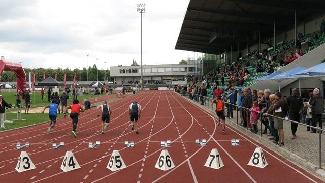 Männer starten im Stadion Schützenmatte am Pfingstturnier Susanne Meier Memorial