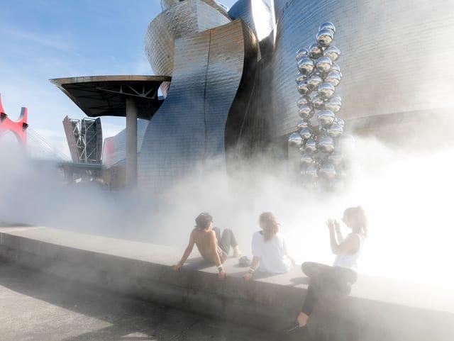 Künstlicher Nebel umhüllt das Museum