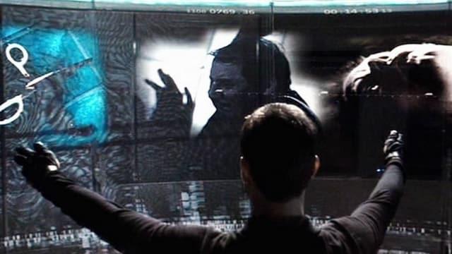 Tom Cruise, vor ihm ein Touch Screen.