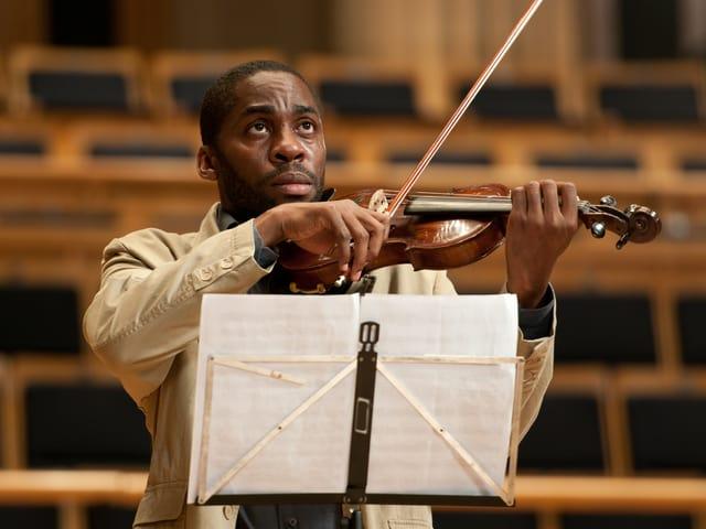 Der frischgebackene Lehrer Laerte (Lázaro Ramos) spielt in einem leeren Konzertsaal Geige.