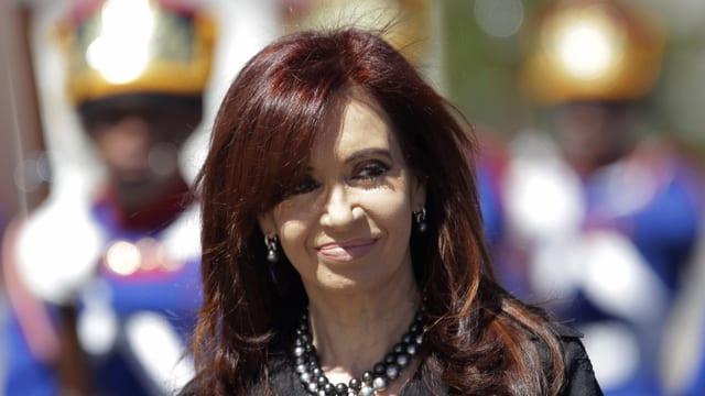 La presidenta da l'Argentina Cristina Kirchner cun chavels lungs ed in surrir
