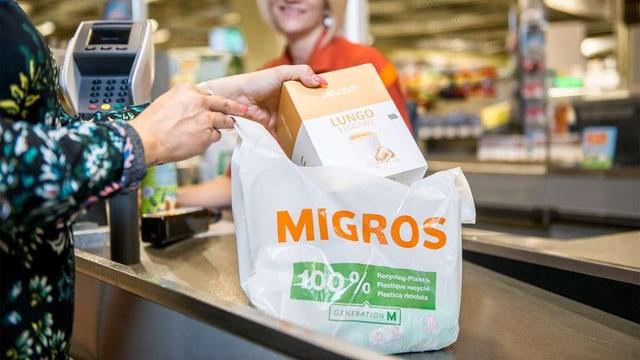 Eine Umweltschutzmassnahme, die zu Problemen führte: Die neuen Plastiksäcke landen oft im Kompost.