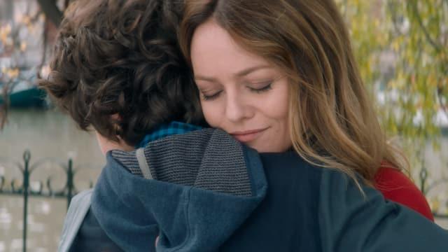 Filmszene: Eine Frau und ein Junge in inniger Umarmung.