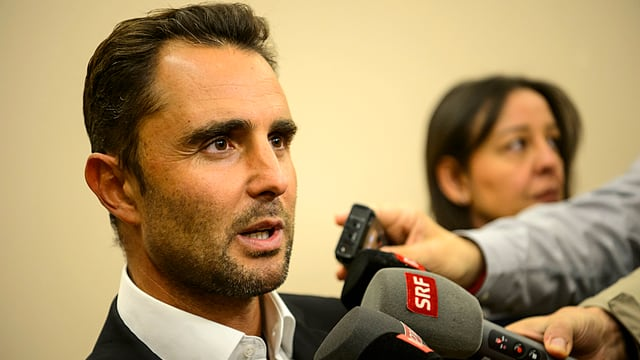 Hervé Falciani an einer Medienkonferenz, in Mikrofone sprechend.