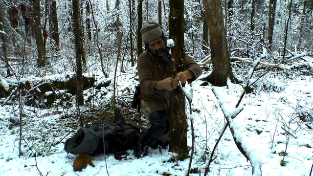Reno Sommerhalder montiert eine Wildtierkamera im ussurischen Wald.