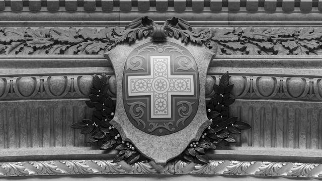 Ein Schweizer Kreuz im Parlamentssaal.