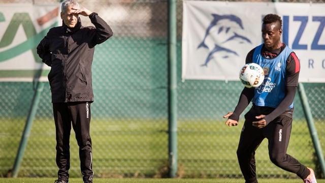 Coach Favre und Stürmer Balotelli im Training.