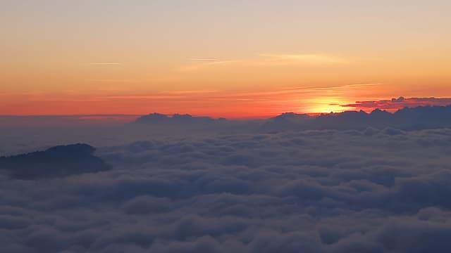 Die Sonne liegt noch knapp unter der Nebeldecke.