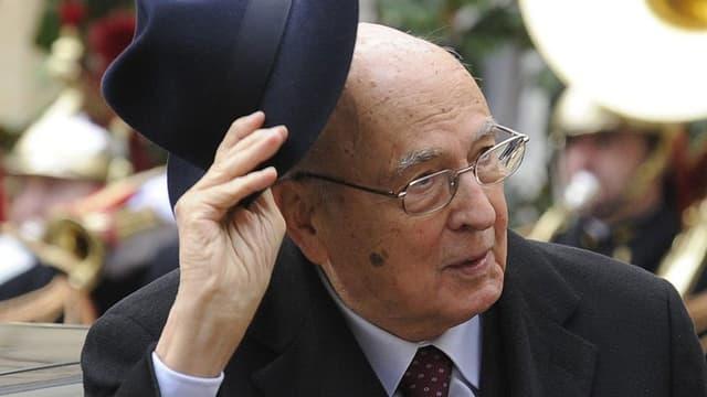 Der italienische Staatspräsident Giorgio Napolitano lüpft den Hut.