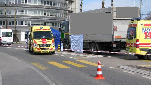 Lastwagen und Ambulanzen.