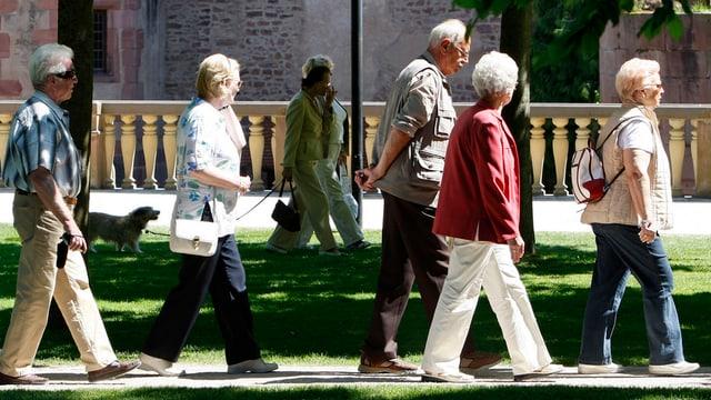 Alte Menschen laufen auf Weg