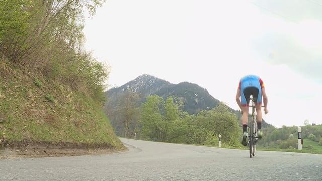Ciclist sin la via da Val suenter il vitg dad Uors en Lumnezia.