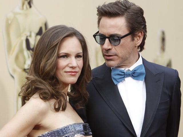 Robert Downey Jr. blickt auf seine Frau an der Oscarverleihung.