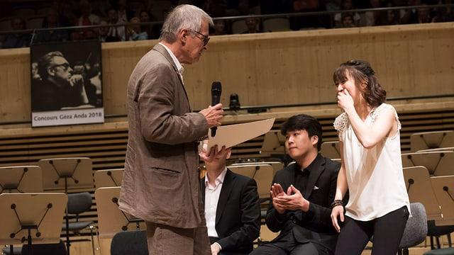 Claire Huangci erhält von Dirigent Christian Zacharias ihre Auszeichnung.