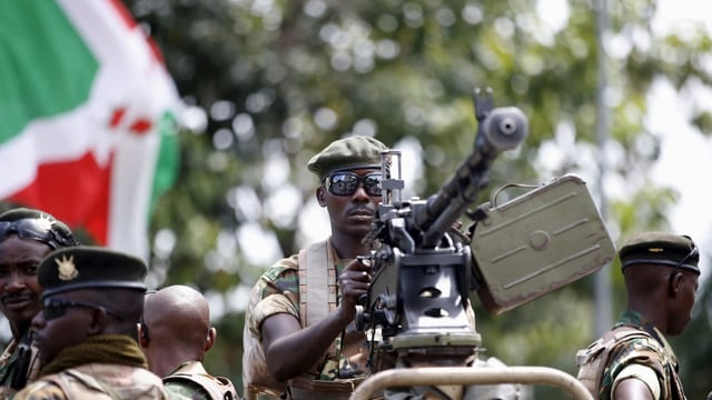 Ein regierungstreuer Soldat besetzt eine Waffe in Burundis Hauptstadt.