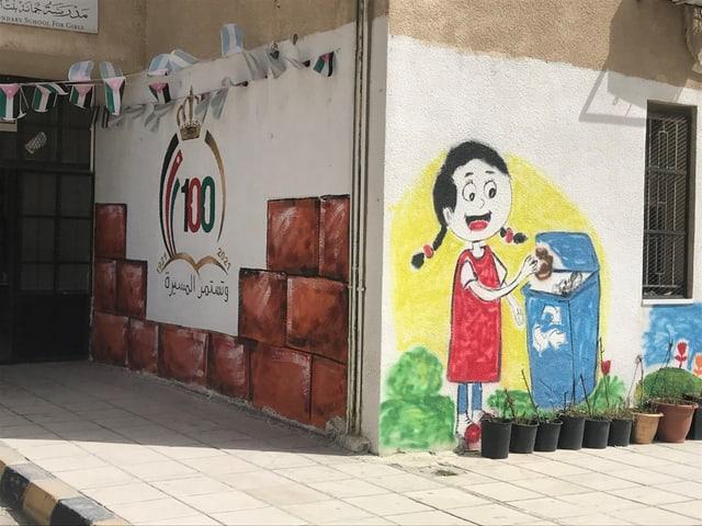 Wandmalereien: Eingang zu einer sanierten Mädchenschule in Russaifah