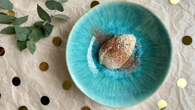 Marroni-Mousse in Nockenform auf einem Teller.