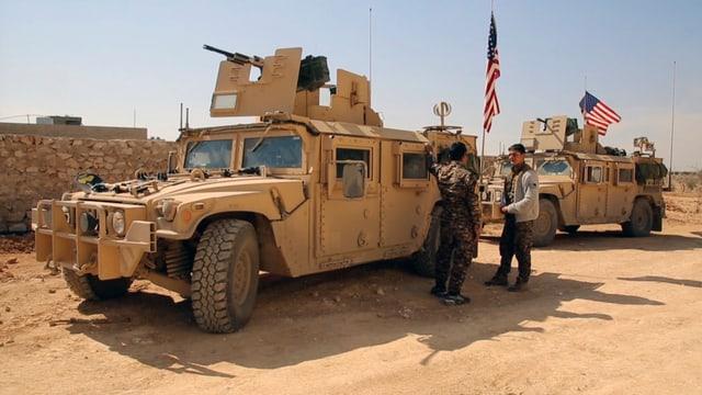 Amerikanische Militärfahrzeuge und syrische Kämpfer