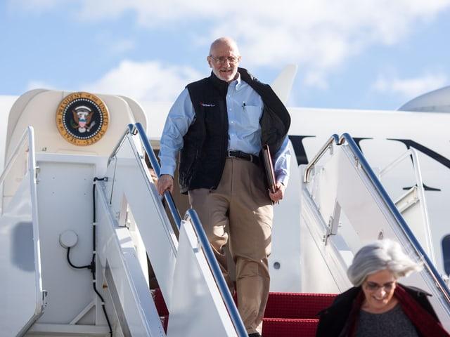Alan Gross steigt die Treppen eines Flugzeugs hinab