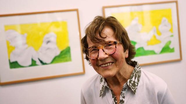Maria Lassnig an einer Ausstellung in Köln.