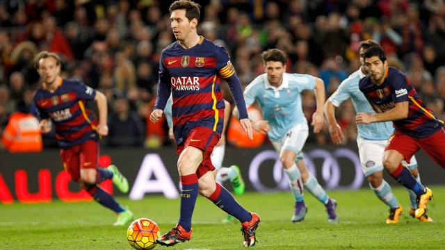 Lionel Messi tippt den Ball an, Luis Suarez wird ihn gleich im Tor versenken.