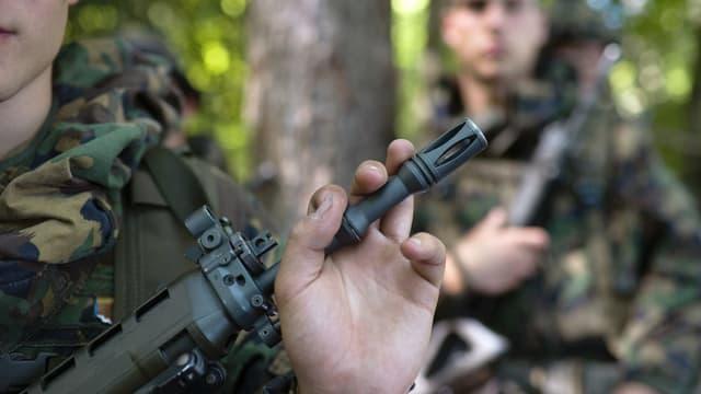 Ein Rekrut hält sein Gewehr bei einer ABC Übung