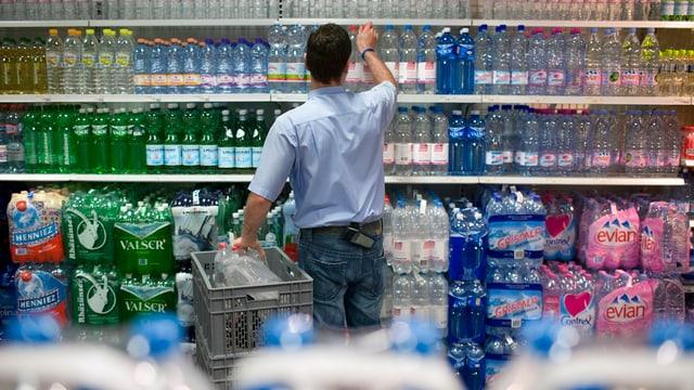 Verkäufer füllt Mineralwasser in ein Regal