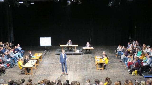 Gerichtsverhandlung im Theater.