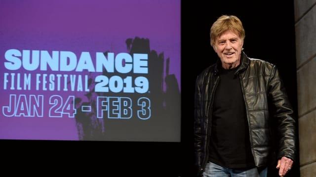 Robert Redford steht vor der Leinwand des «Sundance Film Festival».