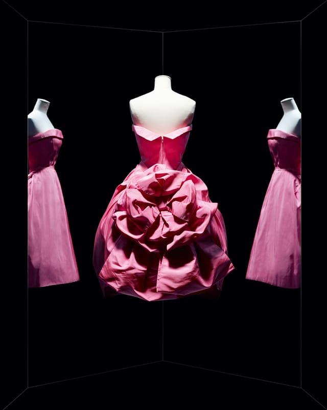 Schulterfreies Kleid von hinten mit grosser, drapierter Stoffrosette.