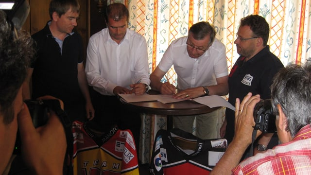 Clubchefs in weissen Hemden: Viktor Borter (rechts), Präsident von Visp und Siders-Präsident Gaby Epiney.
