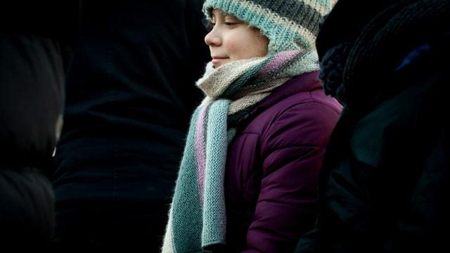 Aufnahme von Greta Thunberg mit Schal und Mütze.
