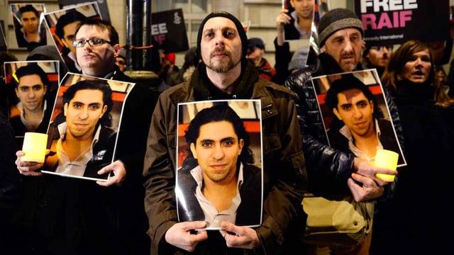 Menschen demonstrieren für die Freilassung von Blogger Raif Badawi.