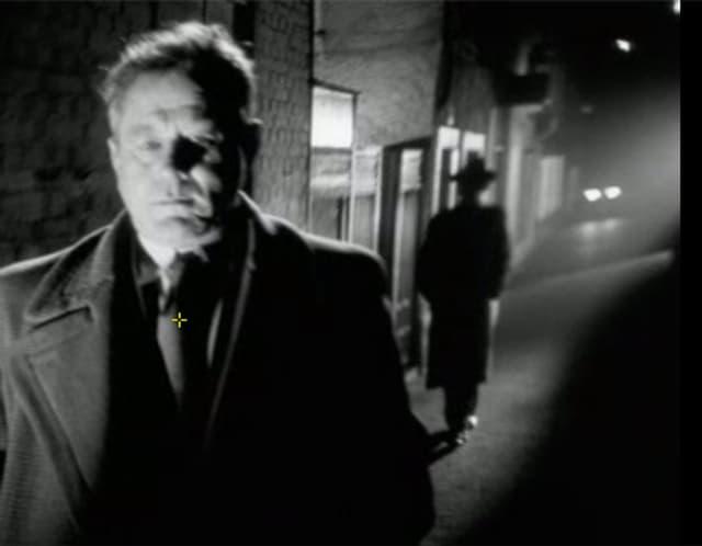 Standfoto, Mann wird bei Nacht in dunkler Gasse verfolgt.