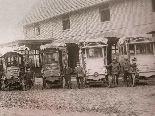 Alte Busse stehen nebeneinander.