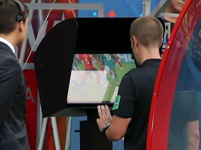 Schiedsrichter schaut sich den Video-Beweis an