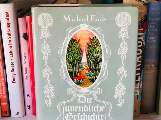 Das Buch Michael Ende: «Die unendliche Geschichte» liegt auf einem Bücherregal