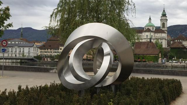 Skulptur mit Stadt Solothurn im Hintergrund