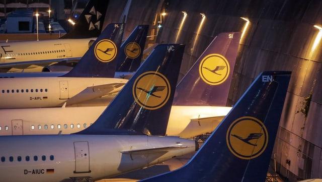 Er oz restan blers aviuns da la Lufthansa a terra.