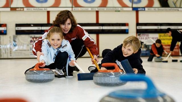 Junge Curlerinnen und Curler auf dem Eisfeld