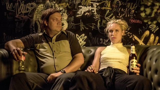Charly und Rosa kommen sitzen zusammen auf einem Sofa.