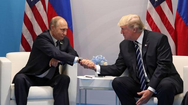 Il president russ Waldimir Putin ed il president american Donald Trump durant l'inscunter G20 a Hamburg.