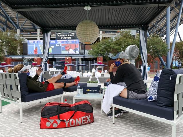 Zwei Spielerinnen relaxen auf der Anlage in Flushing Meadows.