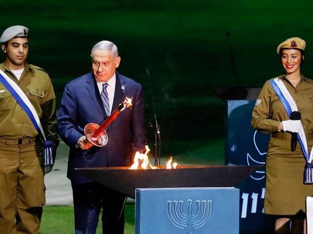 Ministerpräsident Benjamin Netanjahu zündet eine Fackel an