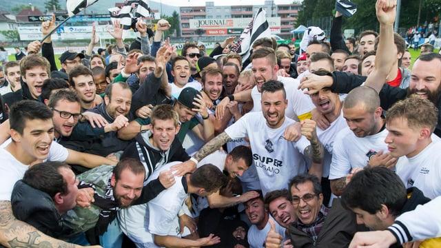 Luganos Spieler und Fans jubeln über den Aufstieg.