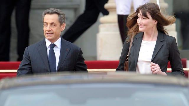 Nicolas Sarkozy und Carla Bruni-Sarkozy verlassen den Elysée-Palast.