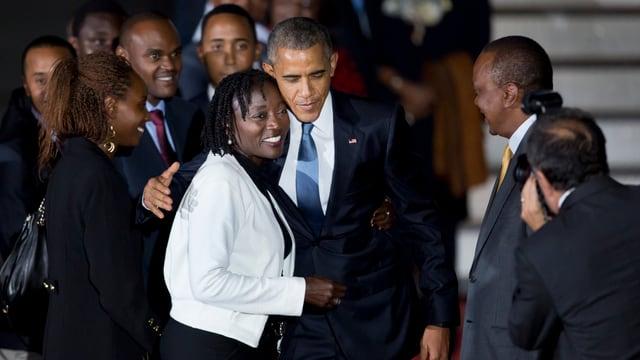 Barack Obama mit Halbschwester Auma Obama. Er umarmt sie.