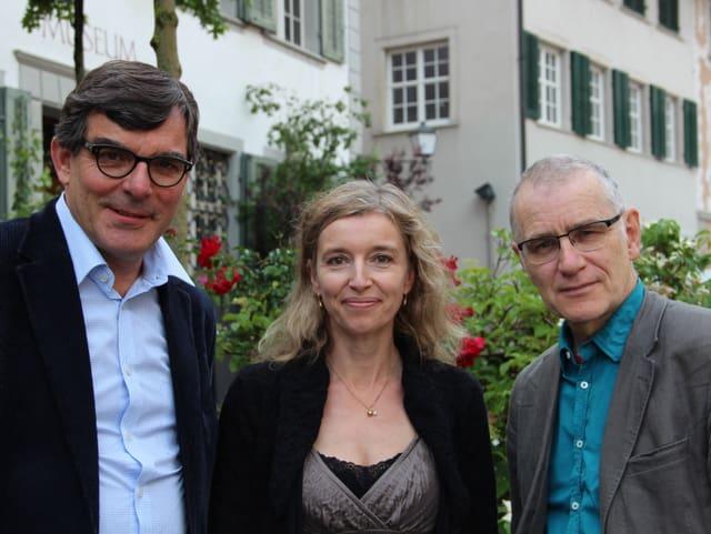 Gruppenbild vor der Bischofszeller Stadtkulisse mit Flurin Caviezel, Anita Richner und Jochaim Rittmeyer.