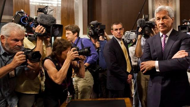 Konzernchef Jamie Dimon wird von Journalisten umringt.