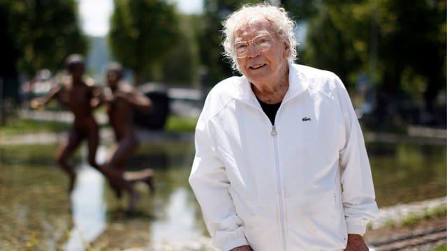 Hans Erni in weissem Trainer.